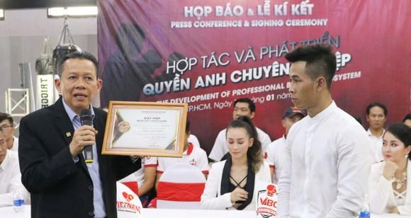Chủ tịch đương nhiệm của VBF Trần Minh Tiến (trái).