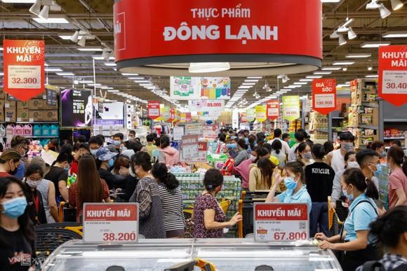 Các doanh nghiệp cung ứng hàng thiết yếu trên địa bàn thành phố vẫn hoạt động bình thường khi thành phố thực hiện giãn cách chống dịch, đáp ứng nhu cầu mua sắm của người dân. Ảnh: VNE