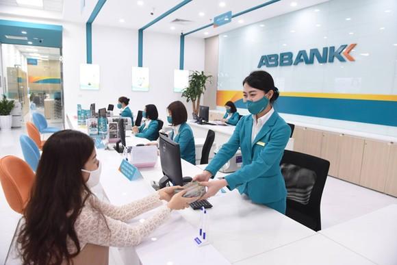 Khách hàng giao dịch tại ABBANK