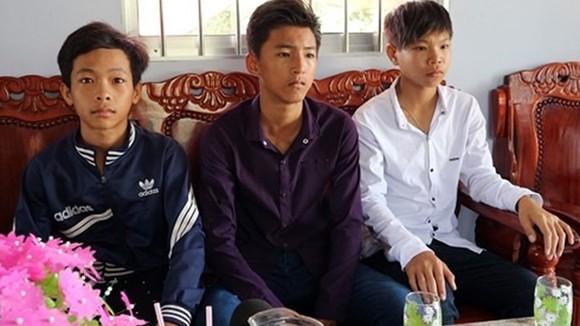 3 học sinh đã có hành động đẹp khi trả lại hơn 40 triệu đồng cho người bị mất. Ảnh: VOV