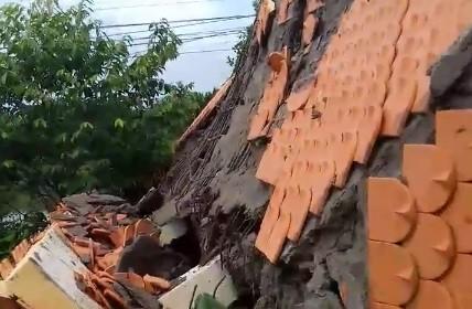 Cổng chào bêtông cốt thép trên tuyến đường về trung tâm xã bất ngờ đổ sập ảnh 1