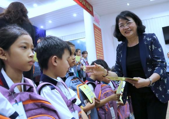 Phó Chủ tịch nước Đặng Thị Ngọc Thịnh tặng quà cho trẻ em có hoàn cảnh khó khăn