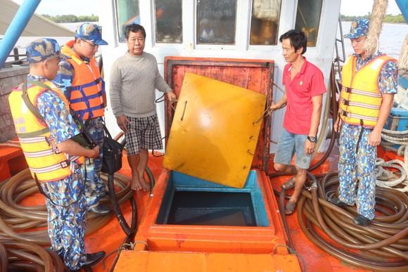 Bộ Tư lệnh Vùng Cảnh sát biển 4 tạm giữ tàu chở 80.000 lít dầu D.O không rõ nguồn gốc ảnh 1