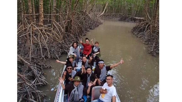 Du khách trải nghiệm du lịch xuyên rừng Vườn quốc gia Mũi Cà Mau. ẢNH: HOÀNG HÔN