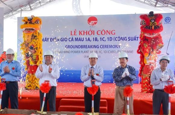 Các đại biểu thực hiện nghi thức khởi công dự án. Ảnh: THÀNH QUỐC