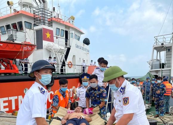 Bộ Tư lệnh Vùng Cảnh sát biển 4 điều tàu đưa ngư dân vào TP Phú Quốc cấp cứu ảnh 1
