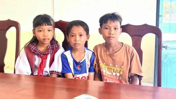 Ba em học sinh nhặt được tiền đem đến Công an xã Long Thạnh trả lại cho người đánh rơi. Ảnh: TRẦN TRỌNG TÍNH