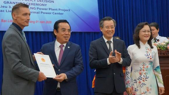 Lãnh đạo tỉnh Bạc Liêu trao quyết định chủ trương đầu tư cho nhà đầu tư dự án Nhà máy điện khí LNG vào tháng 1-2020