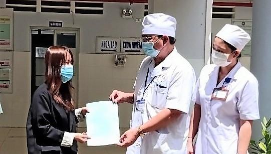 Trao giấy chứng nhận hoàn thành cách ly, điều trị bệnh Covid-19 cho BN 6572