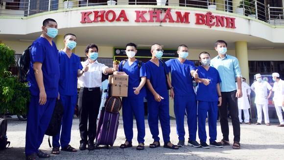 Bác sĩ và điều dưỡng Bệnh viện đa khoa tỉnh Cà Mau hỗ trợ TPHCM chống dịch Covid-19