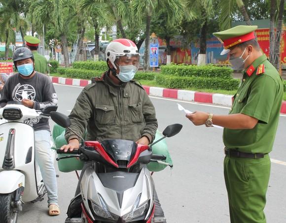 Lực lượng công an kiểm tra giấy đi đường người dân trên địa bàn tỉnh Bạc Liêu