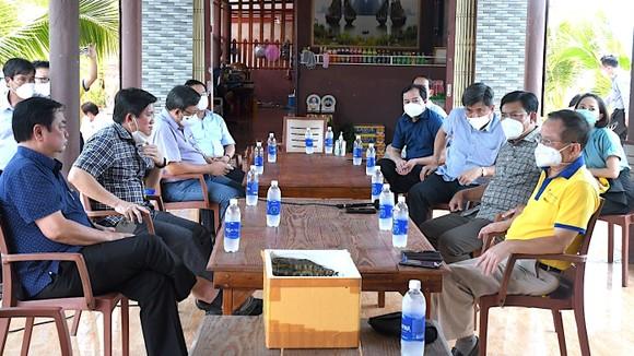 Bộ trưởng Bộ NN-PTNT Lê Minh Hoan (bìa phải) tham quan tại Hội quán tôm rừng Rạch Gốc