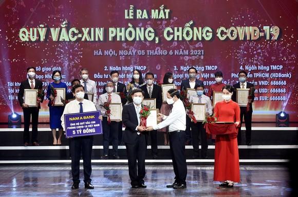 Đại diện Nam A Bank trao tặng 5 tỷ đồng ủng hộ Quỹ vaccine phòng, chống Covid-19