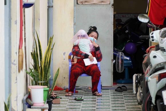 Hai mẹ con chị Thắm trong khu trọ nhỏ ở quận Bình Tân