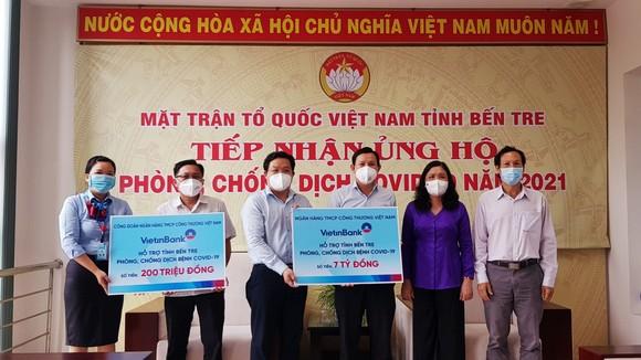 Đại diện VietinBank trao bảng tượng trưng số tiền ủng hộ công tác phòng, chống dịch Covid-19 cho lãnh đạo Ủy ban MTTQ tỉnh Bến Tre