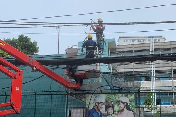 Công nhân Công ty Điện lực Gia Định triển khai công tác ngay trong thời gian cao điểm giãn cách theo Chỉ thị 16