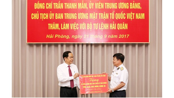 Ủy ban TƯ MTTQ Việt Nam tặng quà Quân chủng Hải quân