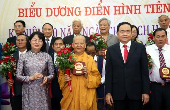 Phó Chủ tịch nước và Chủ tịch Ủy ban TƯ MTTQ Việt Nam chúc mừng các điển hình tiên tiến