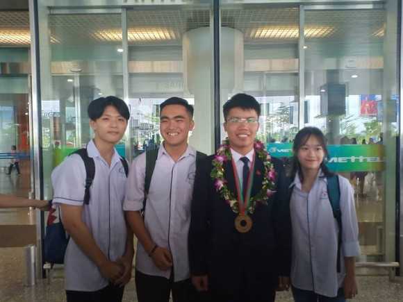 Nguyễn Ngọc Long bên bạn bè ở sân bay Nội Bài sáng 30-7