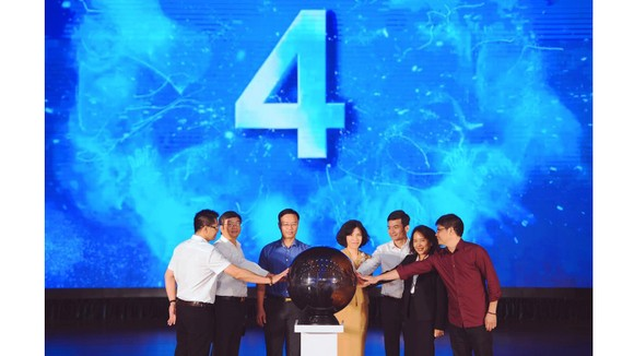 Đại diện ban tổ chức bấm nút phát động cuộc thi