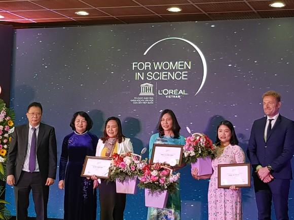 Phó Chủ tịch nước Đặng Thị Ngọc Thịnh trao giải thưởng cho 3 nhà khoa học nữ