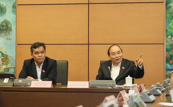 Thủ tướng Nguyễn Xuân Phúc thảo luận tổ. Ảnh: QUANG PHÚC
