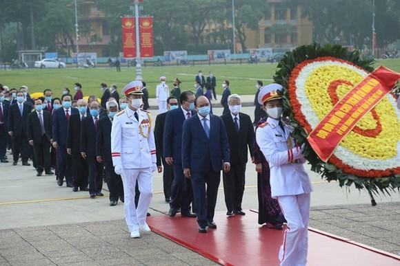 Lãnh đạo Đảng, Nhà nước, MTTQ Việt Nam vào Lăng viếng Chủ tịch Hồ Chí Minh ảnh 1