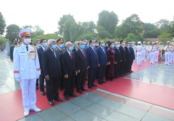 Lãnh đạo Đảng, Nhà nước, MTTQ Việt Nam vào Lăng viếng Chủ tịch Hồ Chí Minh ảnh 2