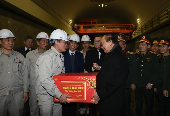 Thủ tướng Nguyễn Xuân Phúc động viên công nhân