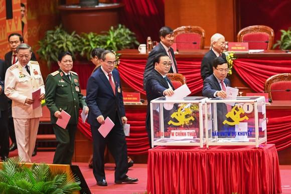 Các đại biểu bầu Ban Chấp hành Trung ương khóa XIII, chiều 30-1-2021. Ảnh: VIẾT CHUNG