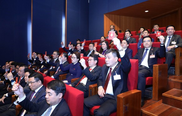 Các đại  biểu biểu quyết tại Đại hội XIII của Đảng. Ảnh: VIẾT CHUNG