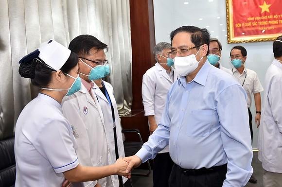 Thủ tướng Phạm Minh Chính gửi thư khen những 'chiến sĩ áo trắng' ở tuyến đầu chống dịch ảnh 1