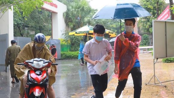 Lực lượng tình nguyện hỗ trợ thí sinh. Ảnh: QUANG PHÚC