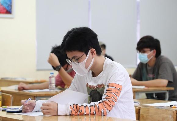 Hà Nội: Thí sinh phấn khởi hoàn thành bài thi môn tổ hợp ảnh 2