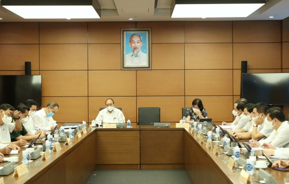 Các ĐBQH TPHCM dự họp sáng 24-7. ẢNH: VIẾT CHUNG
