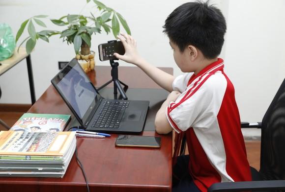   Nhiều học sinh trung học ở vùng dịch đang phải học trực tuyến. Ảnh: VIẾT CHUNG
