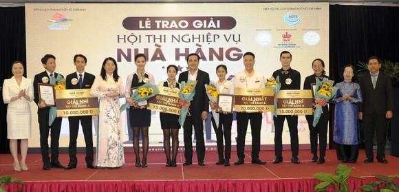 Trao 110 triệu đồng cho thí sinh, đội thi đạt giải Hội thi nghiệp vụ nhà hàng TPHCM năm 2019 ảnh 1