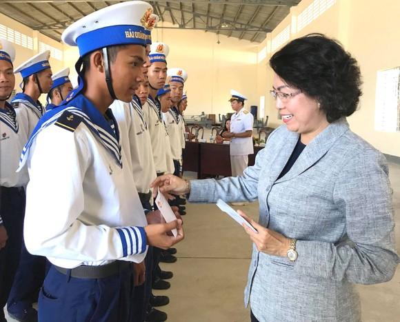 Thăm, tặng quà chiến sĩ hải quân là con em TPHCM ảnh 2