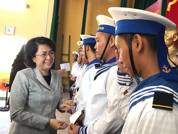 Thăm, tặng quà chiến sĩ hải quân là con em TPHCM ảnh 1