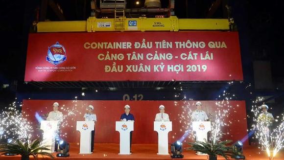Bộ trưởng Bộ Giao thông - Vận tải Nguyễn Văn Thể và Chủ tịch UBND TPHCM Nguyễn Thành Phong phát lệnh làm hàng đầu xuân 2019 tại cảng Tân Cảng - Cát Lái