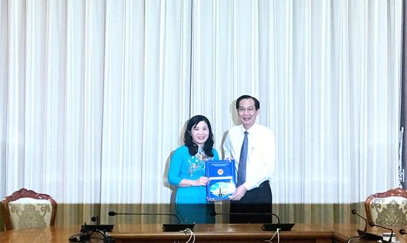 Phó Chủ tịch Thường trực UBND TPHCM Lê Thanh Liêm trao quyết định phê chuẩn kết quả bầu bà Lê Thị Anh Thư giữ chức vụ Phó Chủ tịch UBND huyện Nhà Bè