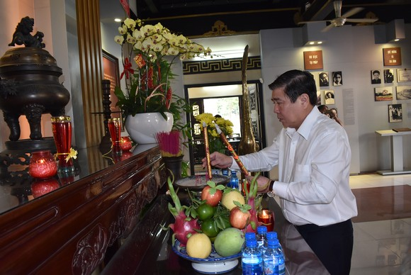 Chủ tịch UBND TPHCM Nguyễn Thành Phong dâng hoa, dâng hương các Anh hùng liệt sĩ   ảnh 2