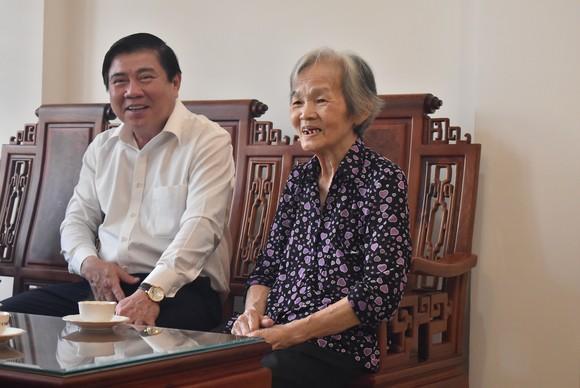 Chủ tịch UBND TPHCM Nguyễn Thành Phong dâng hoa, dâng hương các Anh hùng liệt sĩ   ảnh 3