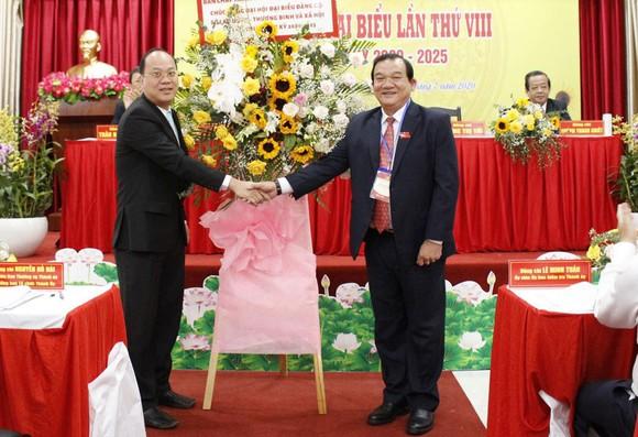 Đồng chí Nguyễn Hồ Hải, Trưởng Ban Tổ chức Thành ủy TPHCM tặng lẵng hoa chúc mừng đại hội