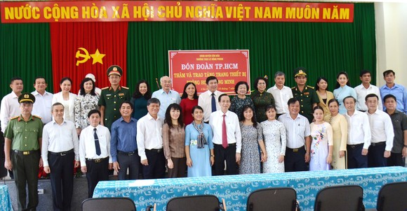 Lãnh đạo TPHCM thăm hỏi gia đình chính sách và tặng thiết bị trường học tại Côn Đảo ảnh 7