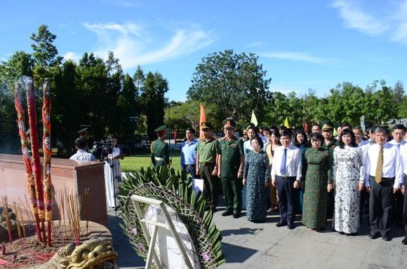 Lãnh đạo TPHCM dâng hương tưởng niệm Anh hùng liệt sĩ tại Nghĩa trang Hàng Dương huyện Côn Đảo  ảnh 1