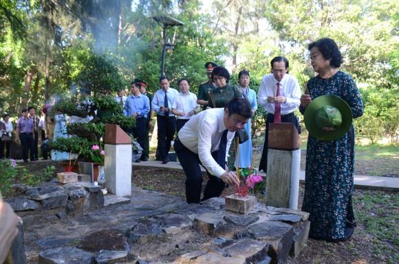 Lãnh đạo TPHCM dâng hương tưởng niệm Anh hùng liệt sĩ tại Nghĩa trang Hàng Dương huyện Côn Đảo  ảnh 4