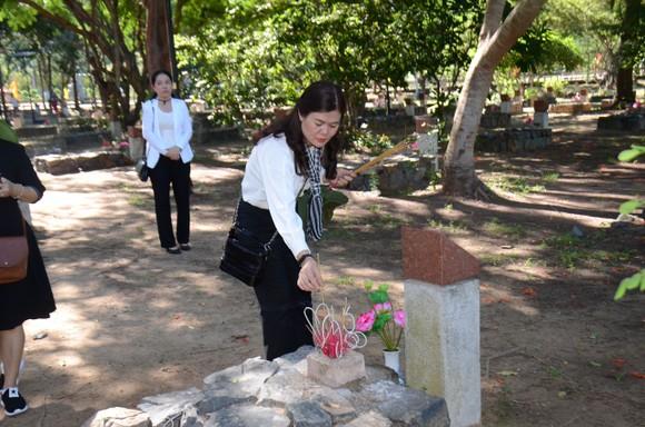 Lãnh đạo TPHCM dâng hương tưởng niệm Anh hùng liệt sĩ tại Nghĩa trang Hàng Dương huyện Côn Đảo  ảnh 5