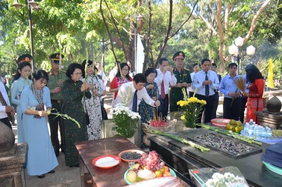 Lãnh đạo TPHCM dâng hương tưởng niệm Anh hùng liệt sĩ tại Nghĩa trang Hàng Dương huyện Côn Đảo  ảnh 3
