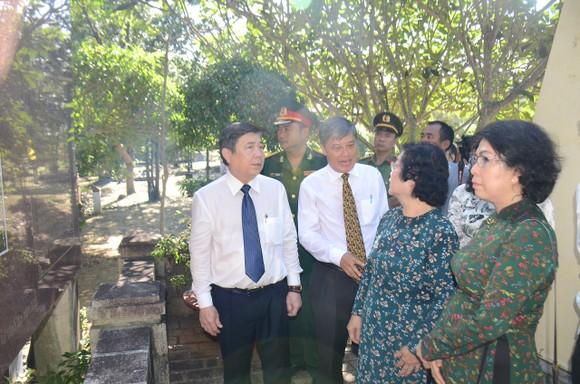 Lãnh đạo TPHCM dâng hương tưởng niệm Anh hùng liệt sĩ tại Nghĩa trang Hàng Dương huyện Côn Đảo  ảnh 7